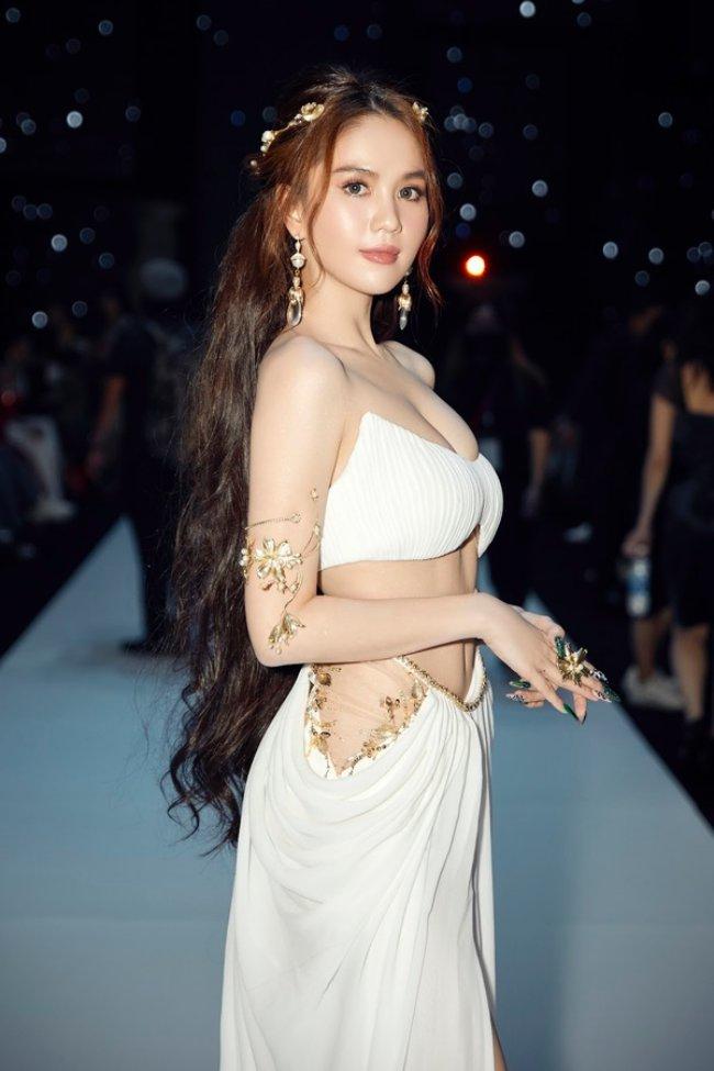 Hình ảnh trên thảm đỏ trong sự mới đây của Ngọc Trinh cũng gây chú ý. Nữ ca sĩ diện trang phục gợi cảm, o ép vòng 1.