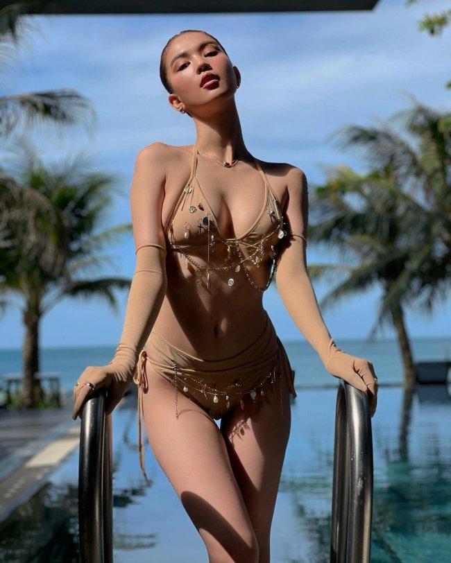 """Nổi danh là """"nữ hoàng nội y"""", Ngọc Trinh thường xuyên phô diễn cơ thể một cách táo bạo. Ngay cả trên thảm đỏ, người đẹp cũng """"chơi trội"""" với những lần """"mặc như không"""" gây tranh cãi."""
