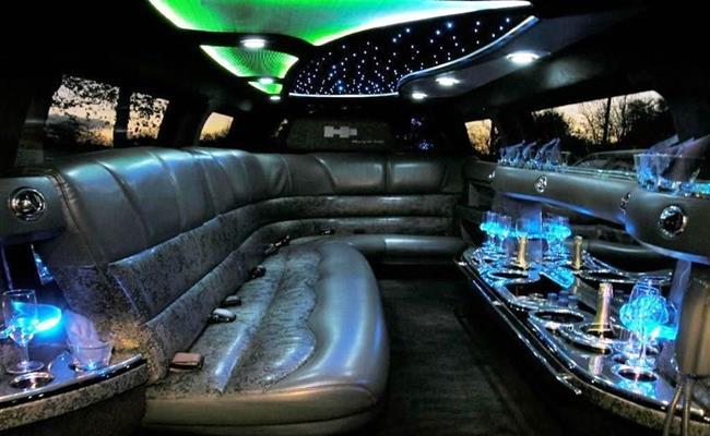 Hummer H3 Limousine có động cơ hầm hố và chiều dài 9m với thiết kế nội thất bên trong vô cùng hiện đại, sang trọng, động cơ 3,7 lít I5, công suất 241 mã lực, mô-men xoắn cực đại 328 Nm. Toàn bộ khoang xe trước và sau bên trong đều được bọc da và gỗ. Xe trang bị màn hình LCD 32 inch và 9 inch, hệ thống âm thanh, ánh sáng hiện đại, dàn karaoke không dây.