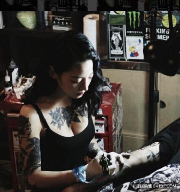 """Xao xuyến trước vẻ """"chất ngầu"""" của cô nàng thợ xăm Hàn Quốc sở hữu thân hình """"bốc lửa"""" - 4"""