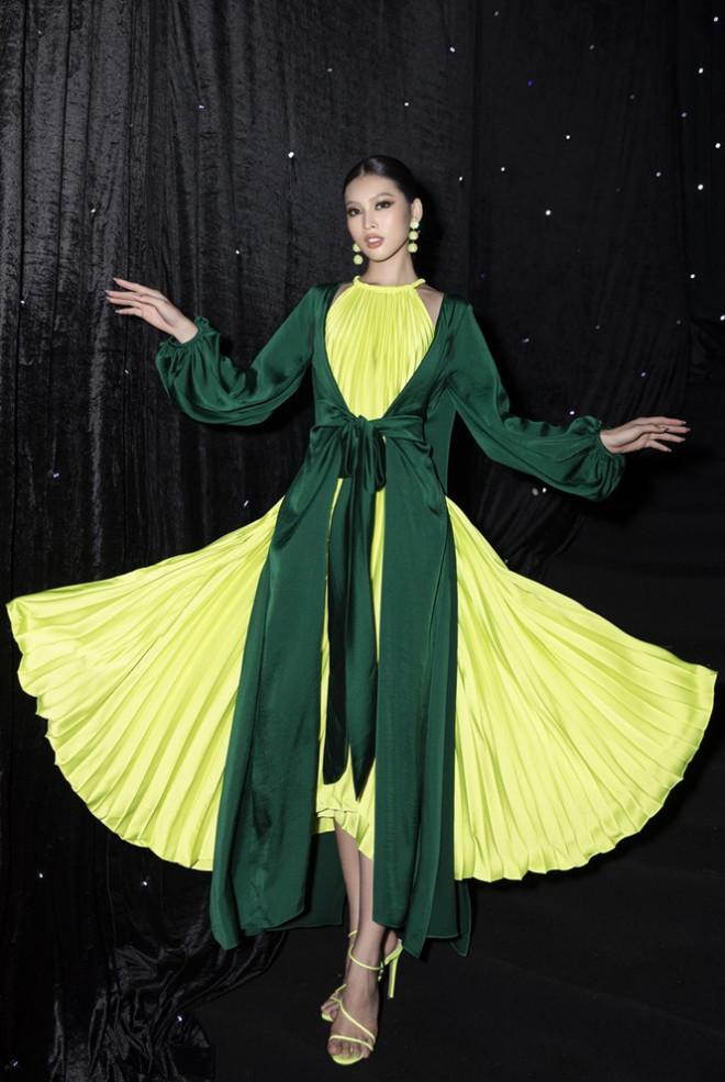 Ảnh hậu trường của Hoa hậu Đỗ Thị Hà xinh đẹp, thần thái khác hẳn trên sàn catwalk - 3