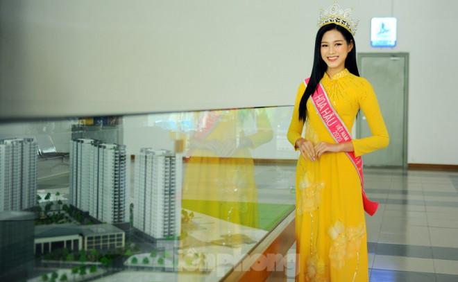 Hoa hậu Đỗ Thị Hà trở lại trường đại học với tà áo dài duyên dáng - 1