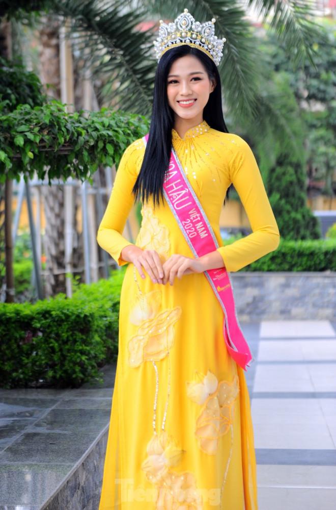 Hoa hậu Đỗ Thị Hà trở lại trường đại học với tà áo dài duyên dáng - 6