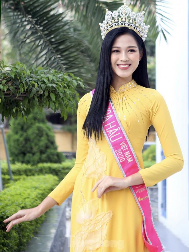 Hoa hậu Đỗ Thị Hà trở lại trường đại học với tà áo dài duyên dáng - 3