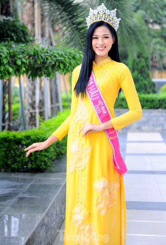 Hoa hậu Đỗ Thị Hà trở lại trường đại học với tà áo dài duyên dáng - 7