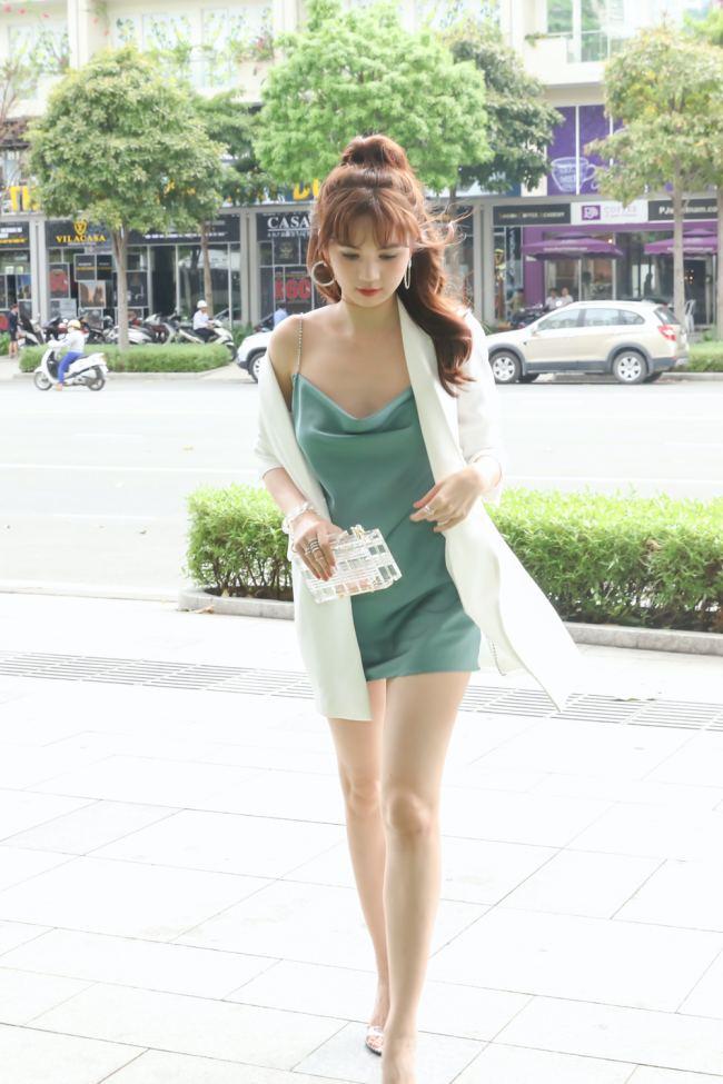 Chọn áo khoác blazer tăng độ sang chảnh đồng thời hạn chế tầm nhìn khi mặc váy lụa, lộ khuyết điểm cơ thể.