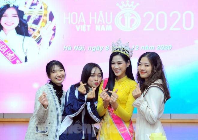 Hoa hậu Việt Nam Đỗ Thị Hà thi môn đầu tiên trong ngày trở lại trường - 1