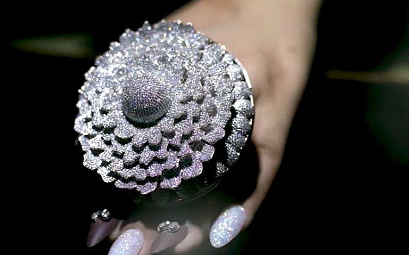 Chiếc nhẫn xa hoa nhất thế giới, đeo nặng tay với gần 13.000 viên kim cương - 1