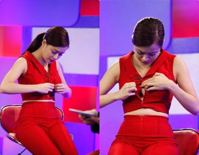 Chiếc áo của cô quá chặt nên bị bung cúc, lộ cả nội y nhưng cô vẫn bình thản sửa lại áo trước mặt nhiều người.