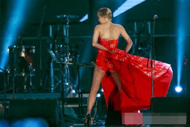 Tóc Tiên chọn đầm cup ngực khi hát và lúc thực hiện vũ đạo quá sung làm váy tụt.