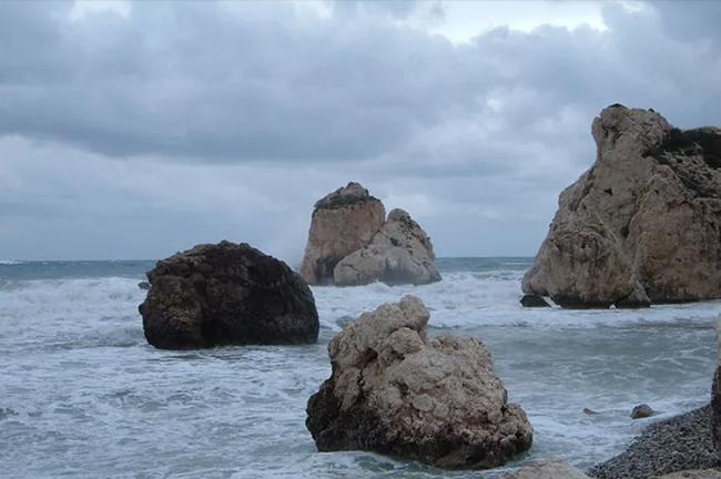 Đá Aphrodite (Síp): Đây là một trong những điểm nổi tiếng nhất ở Pafos, một thành phố ven biển ở Síp. Người ta tin rằng bơi quanh tảng đá Aphrodite sẽ mang lại một vẻ đẹp vĩnh cửu.