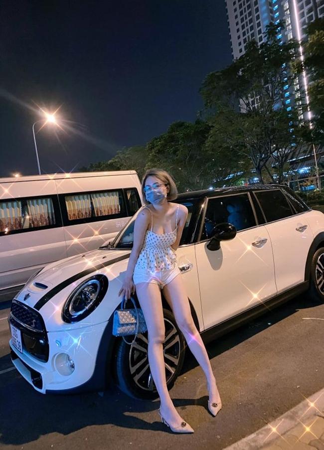 Đầu tháng 11 vừa qua, hot girl Trâm Anh khoe ảnh đi nhận xế hộp. Được biết, xe hơi của người đẹp quê gốc Thanh Hóa thuộc thương hiệu Mini Cooper S, có giá khoảng 2 tỷ đồng.