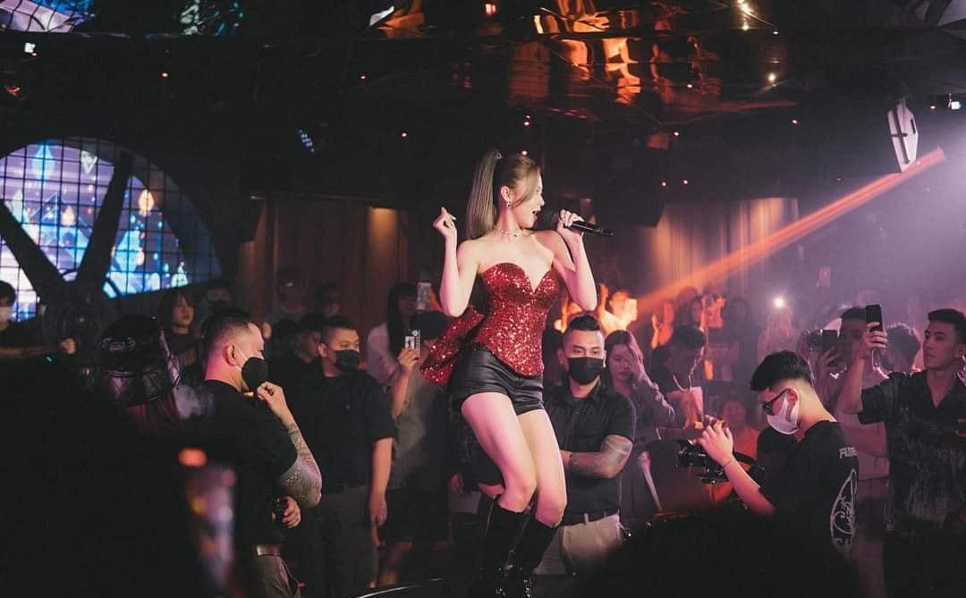 Thời trang trình diễn bốc lửa của Liz Kim Cương - 1