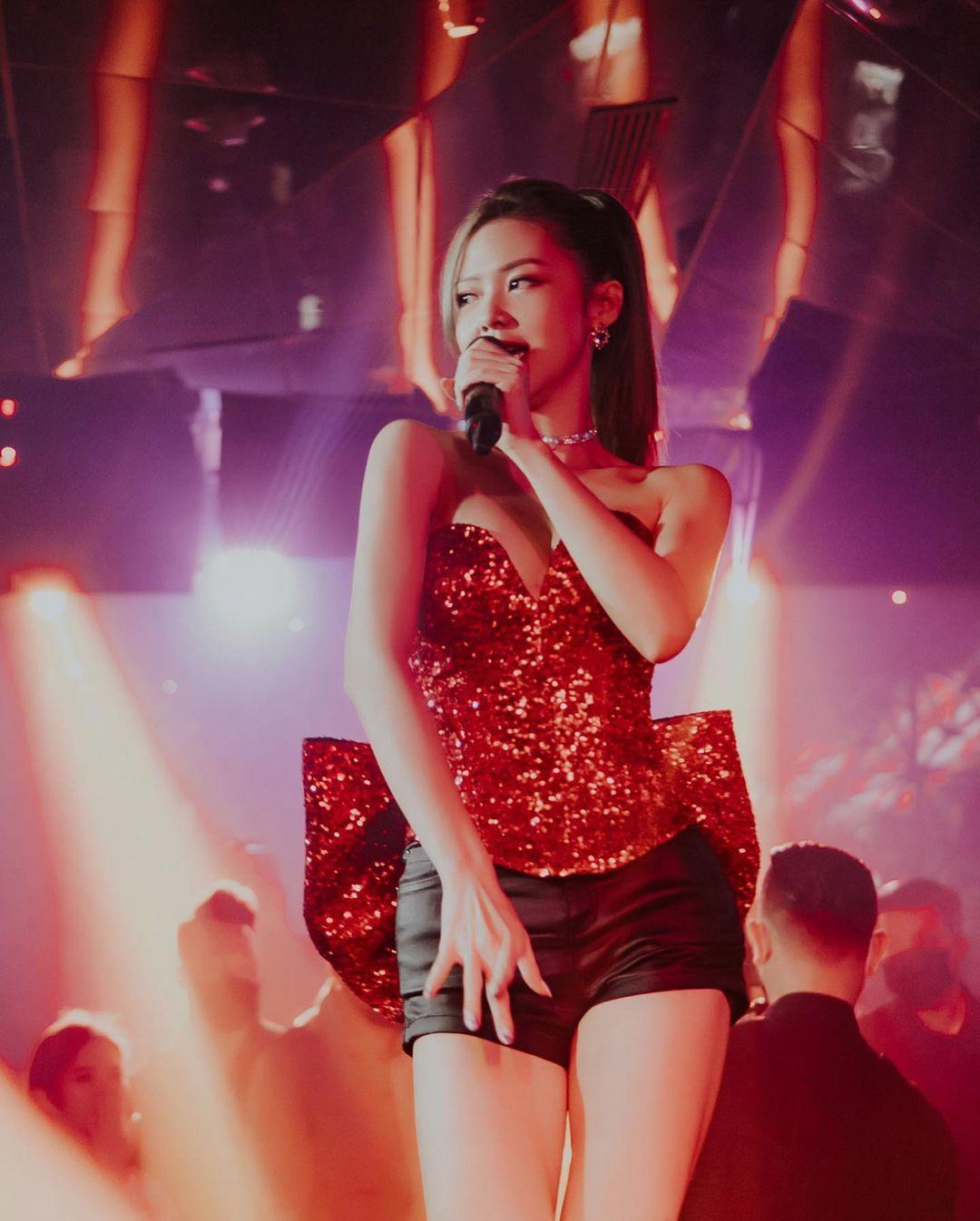 """""""Tình tin đồn Trịnh Thăng Bình"""" diện đồ siêu ngắn body """"bốc lửa"""" trên sân khấu club - 7"""