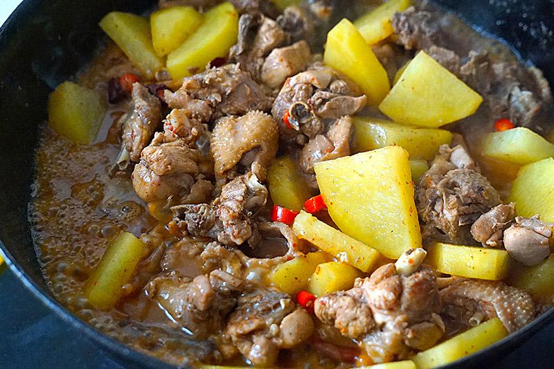 """Ăn """"thủng nồi trôi rế"""" với cách làm thịt gà hầm khoai tây siêu dễ siêu ngon này - 9"""