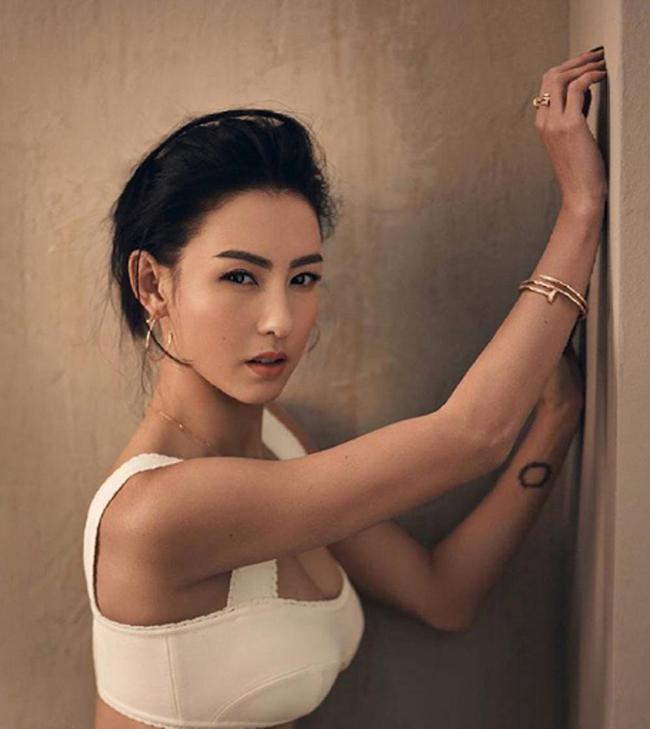 """Khi người đẹp chụp hình cho tạp chí, cô lại """"biến hóa"""" với gương mặt sắc sảo."""
