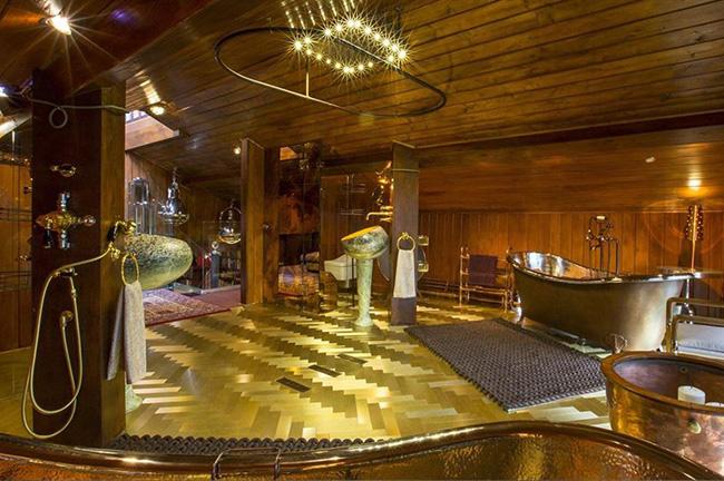 Phòng tắm mạ vàng, Chalet Estate, Surrey, Vương quốc Anh: Nằm trong một ngôi nhà được niêm yết với giá 3,7 triệu USD (hơn 85 tỷ đồng), phòng tắm này có một cặp bồn tắm bằng đồng trị giá 11.800 USD (khoảng 273 triệu đồng), nhà vệ sinh kiểu Nhật đặt riêng và bồn rửa mặt mạ vàng của Ý trị giá 47.200 USD (hơn 1 tỷ đồng).