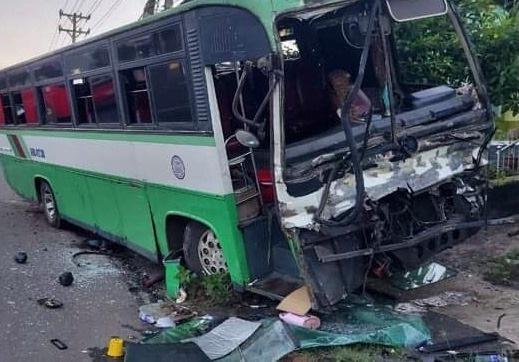 CLIP: Kinh hãi xe khách chở 30 người tông thẳng đuôi xe tải, rồi cắm đầu vào cột điện - 1