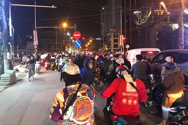 """Nguyên nhân khiến hàng nghìn người """"chôn chân"""" trên phố Hà Nội trong rét buốt - 1"""