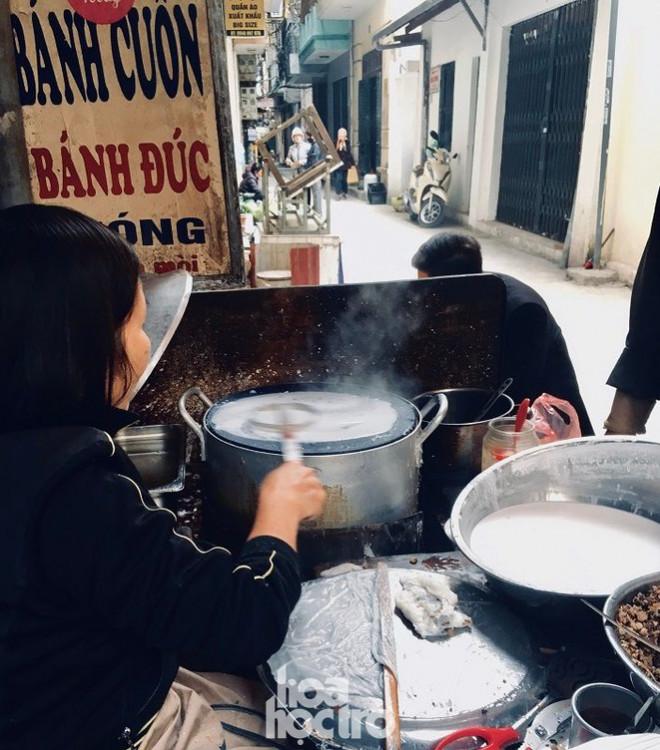 """Hà Nội ăn gì ngày rét đậm: Ủ ấm chiếc bụng đói với đĩa bánh cuốn tráng liền cực """"cuốn"""" - 1"""