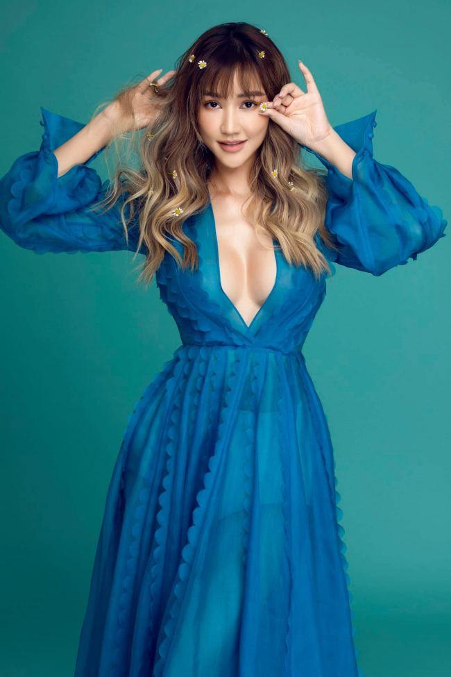 Những thiết kế váy áo xẻ ngực sâu được cô ưu tiên lựa chọn, phô diễn nét đẹp hình thể gợi cảm.