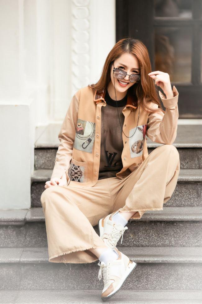 Khoe vòng 1 nửa kín nửa hở là sở trường của người đẹp khi tận dụng nhiều kiểu áo trong suốt với cách kết hợp khác nhau.