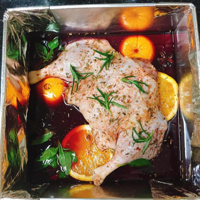 Trời lạnh, làm ngay món vịt nướng vang đỏ sốt cam để cả nhà cùng thưởng thức - 1