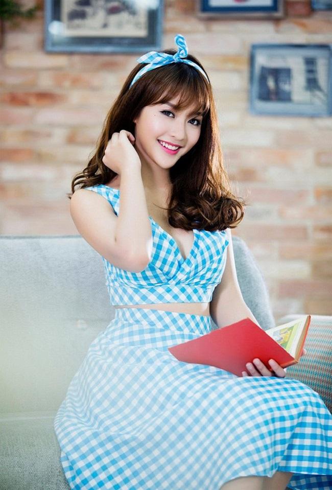 """Quỳnh Anh Shyn là một trong những cái tên vụt sáng năm 2012. Là một thành viên của """"bộ ba sát thủ"""", tên tuổi của cô nàng liên tiếp xuất hiện trên các mặt báo cùng nhiều dự án quảng cáo, phim ngắn, phim điện ảnh,…"""