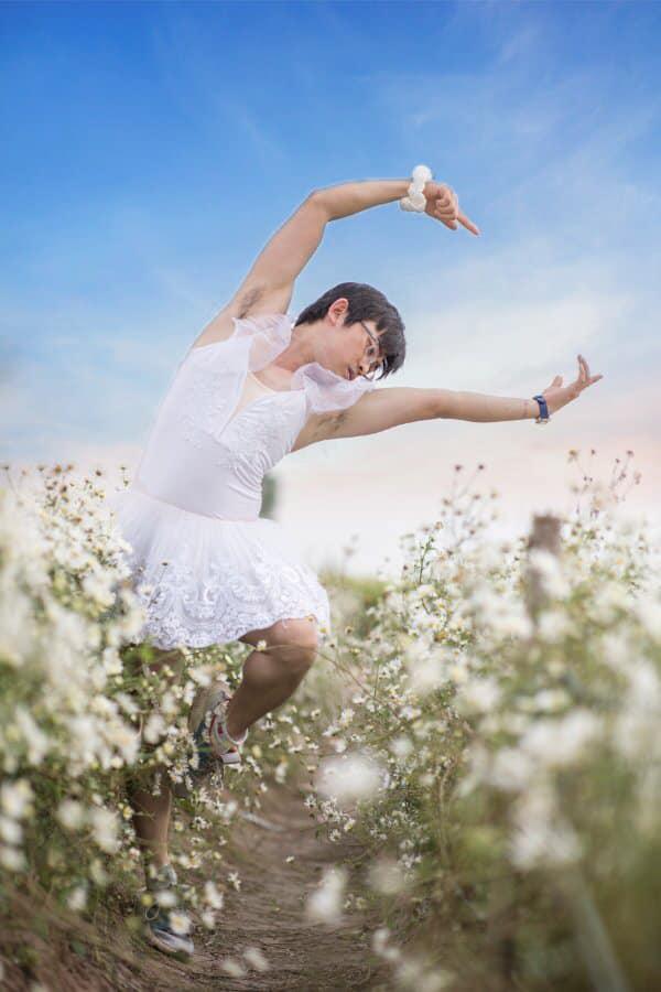 Cười ngất với bộ ảnh chàng trai mặc váy tạo dáng bên cúc họa mi - 1