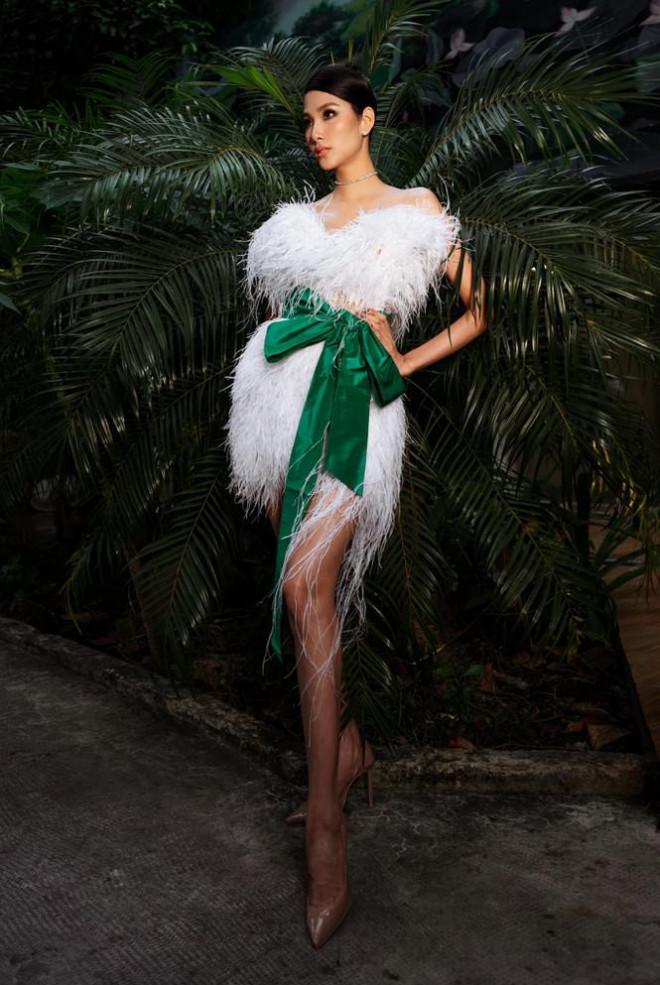 Hoàng Thuỳ diện váy lông vũ khoe vai trần sexy, Minh Tú nóng bỏng với style 'drag queen' - 1