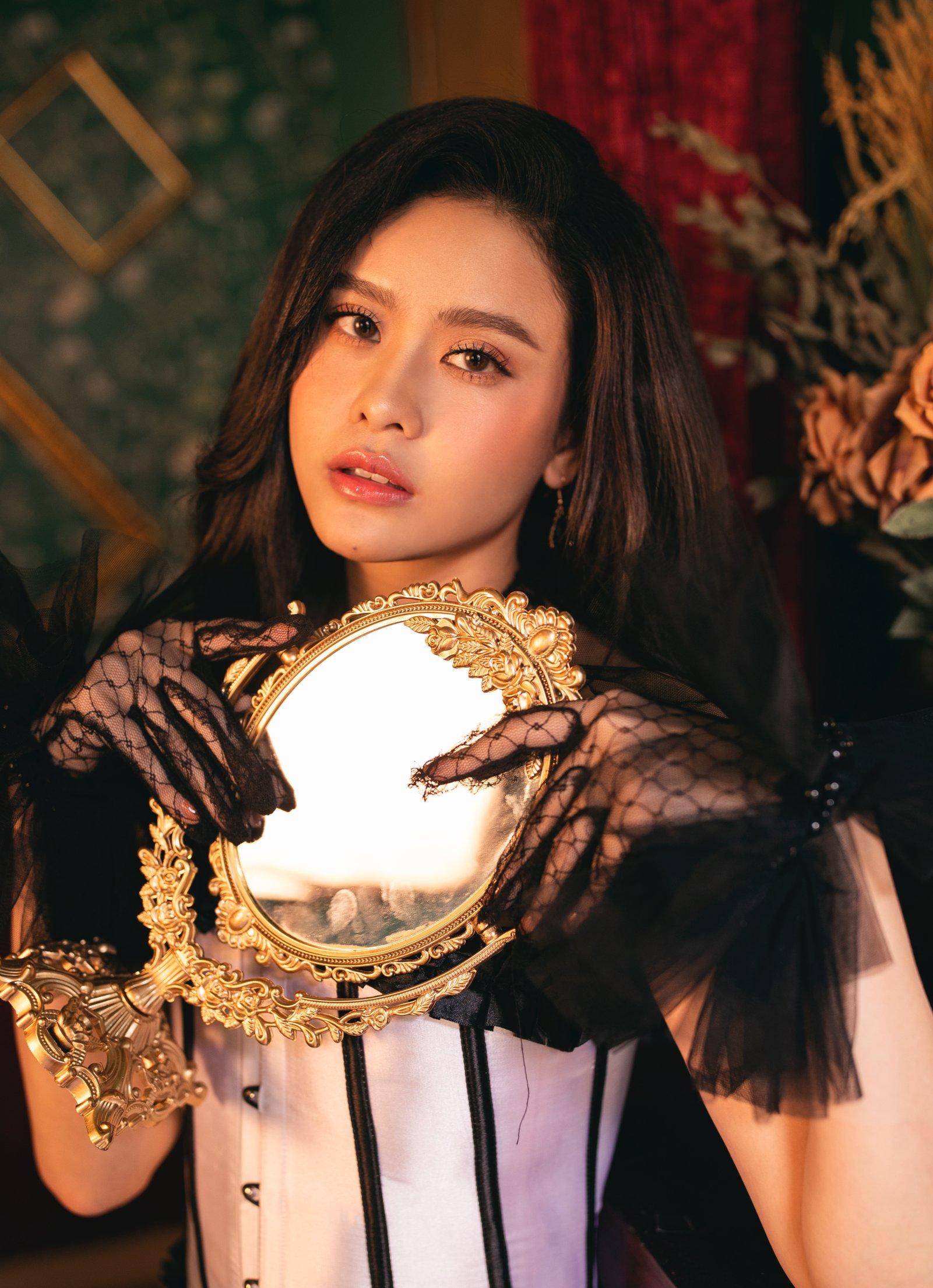 Trương Quỳnh Anh tung bộ ảnh khoe vai trần quyến rũ đón năm mới - 2
