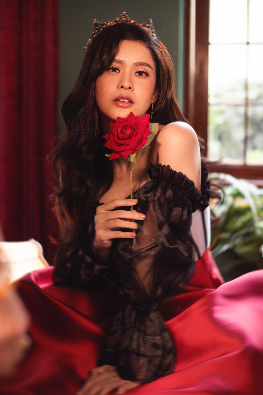 Trương Quỳnh Anh tung bộ ảnh khoe vai trần quyến rũ đón năm mới - 5