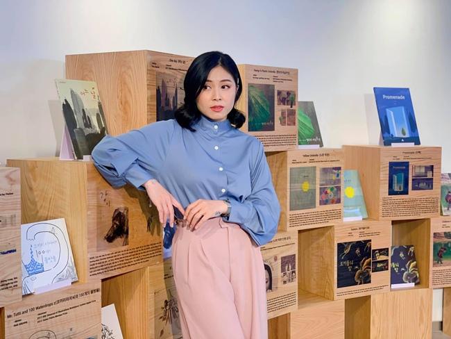 Sở hữu vô số hình xăm lại toàn ở những vị trí dễ thấy nhưng khi lên sóng truyền hình, Hoàng Linh không bao giờ để lộ ra ngoài. Ngoài những trang phục do chương trình cung cấp, nữ MC thường chọn thời trang dài tay, kín đáo.