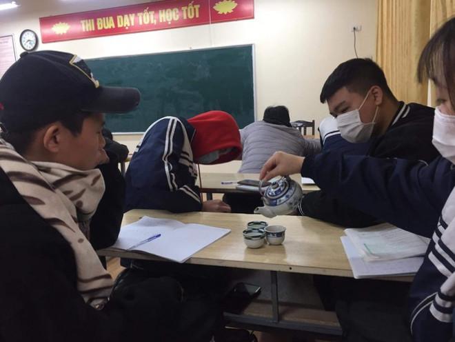 """Muôn kiểu """"sưởi ấm"""" mùa Đông của học sinh: Mang cả ấm trà, nồi cơm điện tới lớp - 1"""