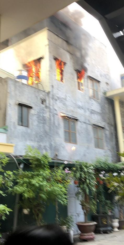 CSGT cứu sống cụ bà khỏi đám cháy trên tầng 3 - 1