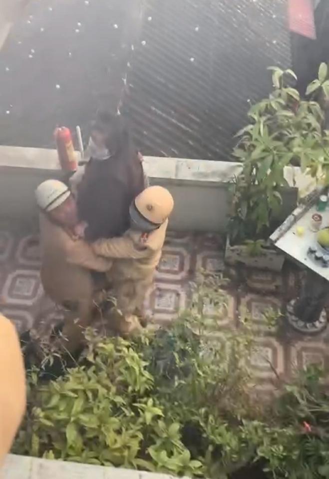 CSGT cứu sống cụ bà khỏi đám cháy trên tầng 3 - 4