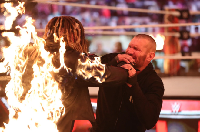 Sợ hãi đấu vật WWE: Knock-out xong còn châm lửa thiêu cháy đối thủ - 1