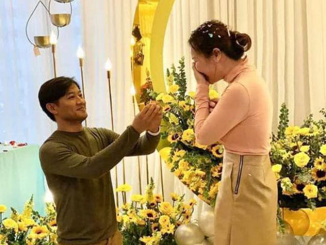"""Đời sống Showbiz - Lộ khoảnh khắc cầu hôn giản dị của Quý Bình với """"nữ tướng"""" bất động sản giàu có"""