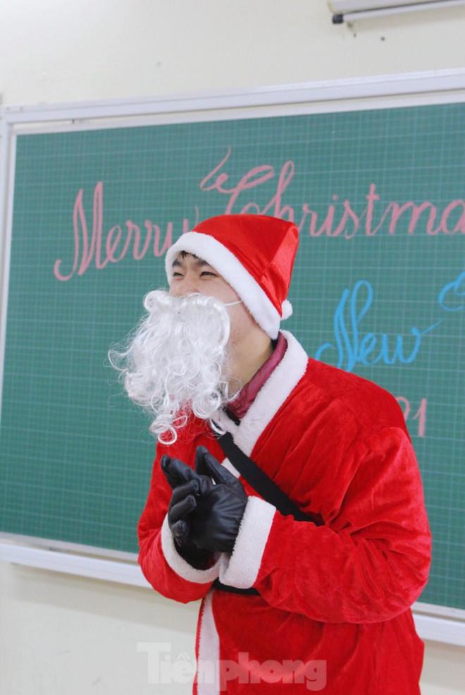 """Ngày làm việc bận rộn của """"ông già Noel"""" 9x tại Hà Nội - 1"""