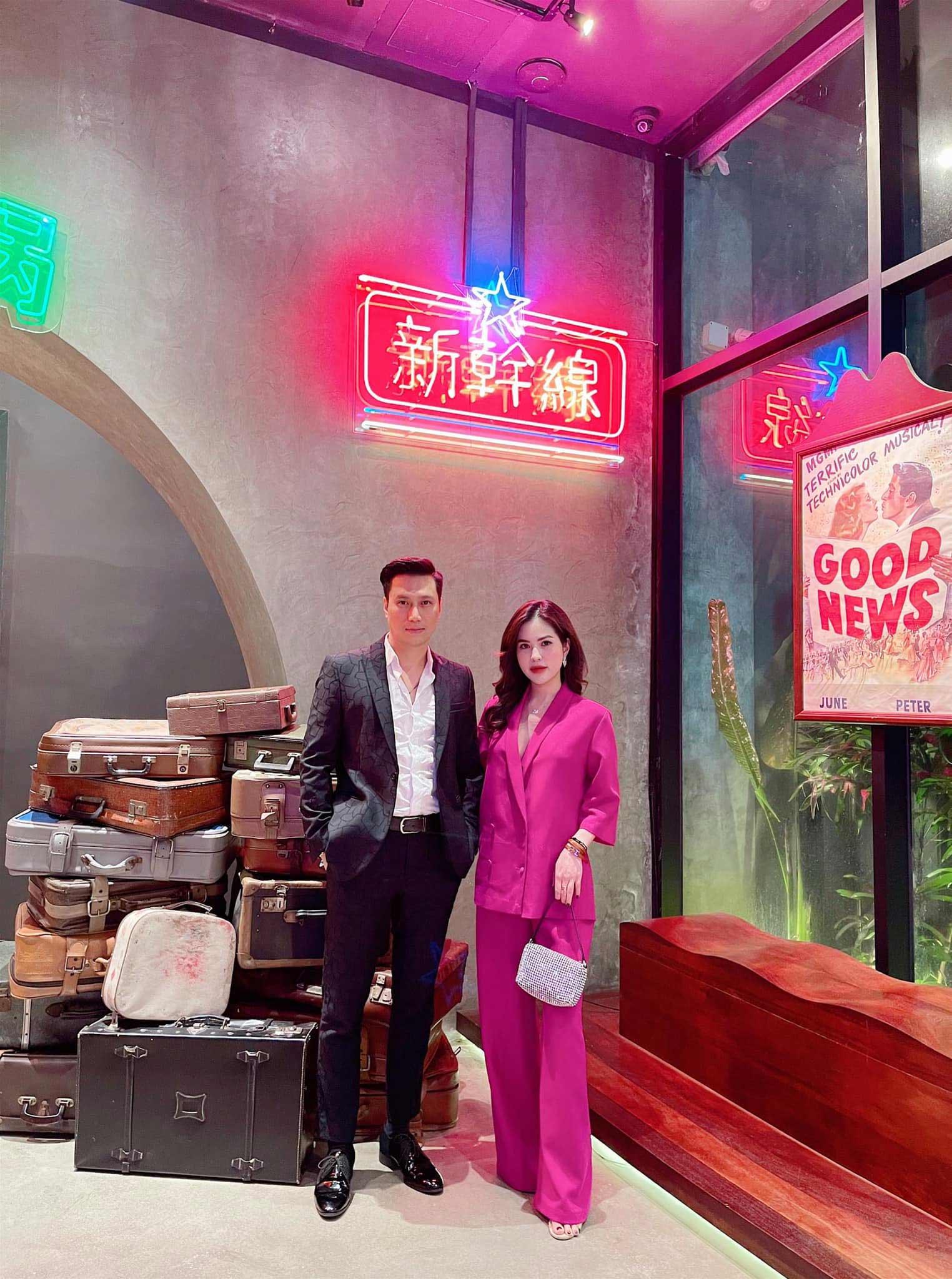 Việt Anh khoác tay tình cảm với vợ cũ, nói một câu duy nhất giữa nghi vấn tái hợp - 1
