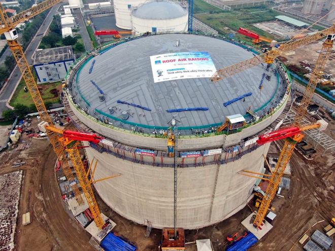 PV GAS hoàn thiện thi công và nâng mái bồn chứa của kho LNG Thị Vải - 1