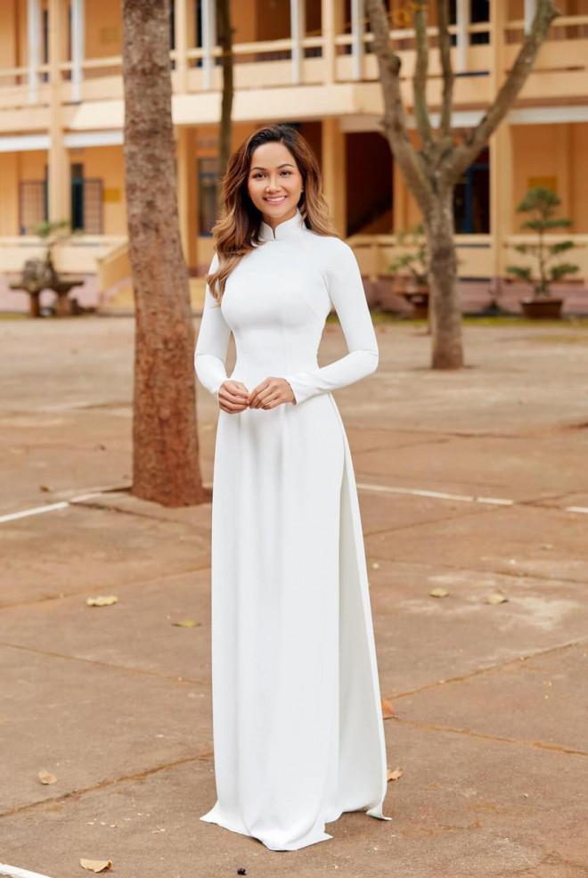 H'Hen Niê nữ tính với áo dài trắng, Mâu Thuỷ mặc kín mít vẫn khoe được eo thon nóng bỏng - 1