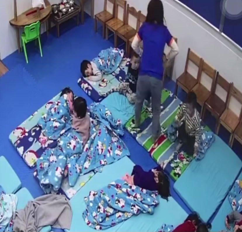 Hà Nội: Cô giáo giật chăn, nhốt trẻ 3 tuổi ngoài cửa trong thời tiết gió rét - 1