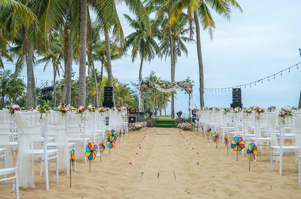 Quý Bình lái xe sang, làm hành động bất ngờ với vợ doanh nhân trong tiệc cưới ở Phú Quốc - 1