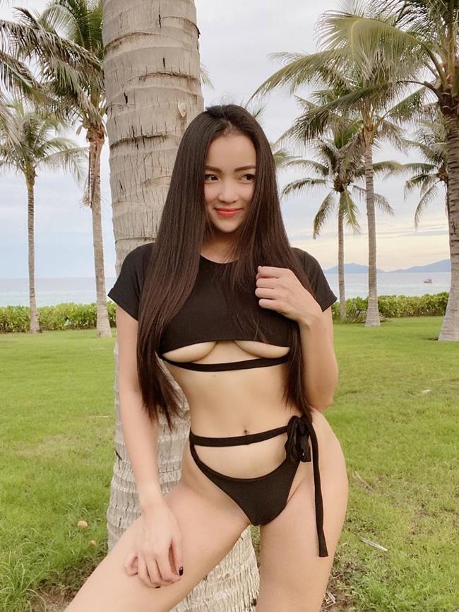 """Thủy Top (tên thật Huỳnh Minh Thủy) là một trong những hot girl đời đầu đình đám Hà thành. Cô từng được mệnh danh là """"quả bom sex"""" khi sở hữu vòng 1 """"khủng""""."""