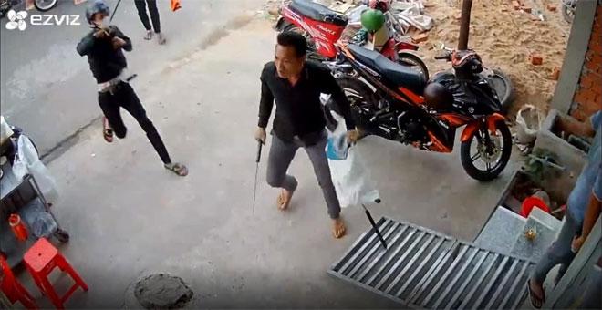 Hai thanh niên gọi người đập phá nát tiệm hớt tóc lúc rạng sáng - 1