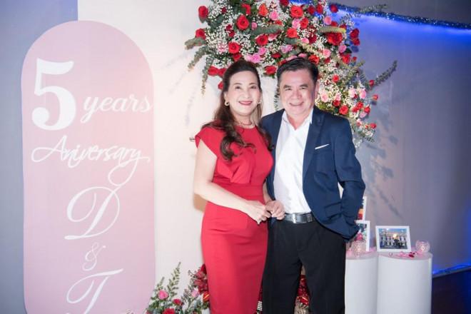 Dàn Hoa, Á hậu diện sắc đỏ nóng bỏng dự tiệc kỷ niệm 5 năm ngày cưới Á hậu Diễm Trang - 2