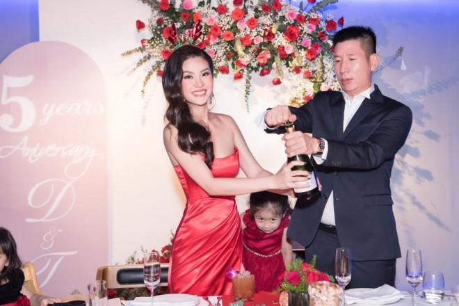 Dàn Hoa, Á hậu diện sắc đỏ nóng bỏng dự tiệc kỷ niệm 5 năm ngày cưới Á hậu Diễm Trang - 1