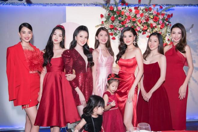 Dàn Hoa, Á hậu diện sắc đỏ nóng bỏng dự tiệc kỷ niệm 5 năm ngày cưới Á hậu Diễm Trang - 4