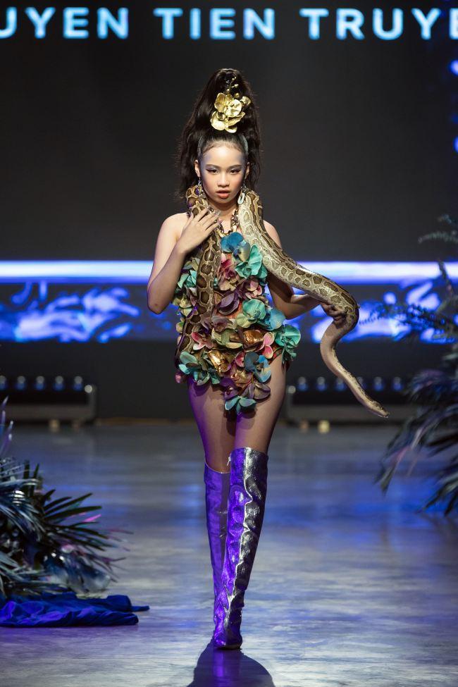 Mẫu nhí mang trăn khổng lồ, Võ Hoàng Yến lên đồ cắt xẻ trong show thời trang - 4